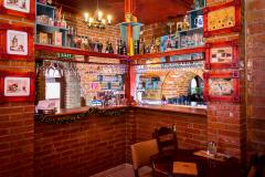 Predná miestnosť s barom, výhľad na ulicu